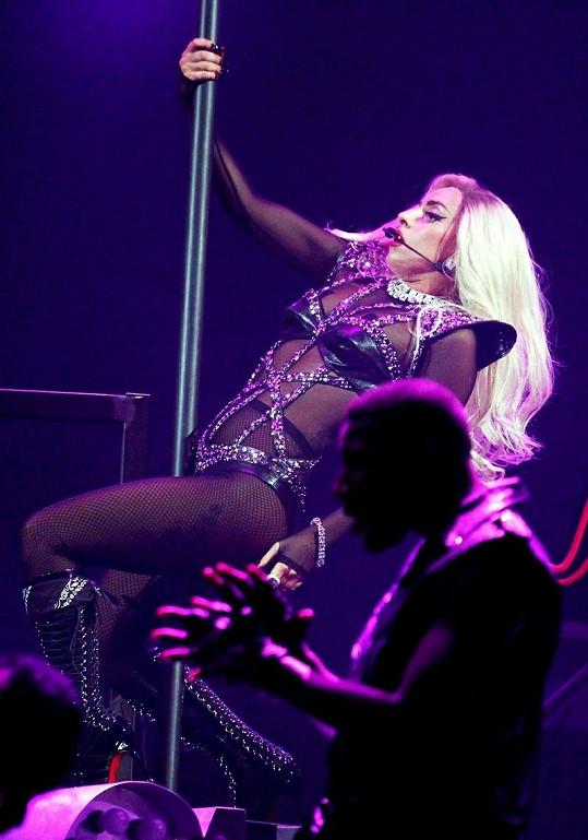 Lady Gaga jako svůdná tanečnice.