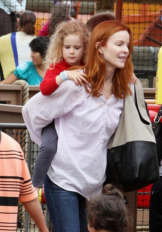 Marcia se svým blonďatým andílkem.