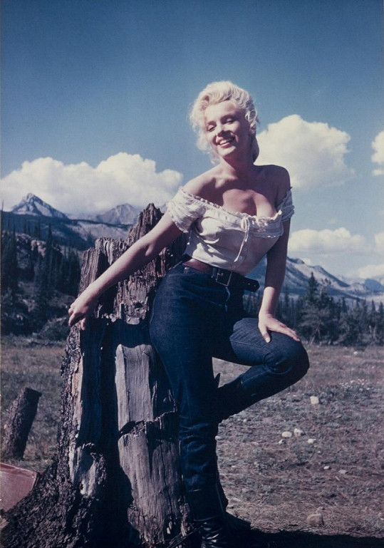 Marilyn Monroe slušely i džíny. Snímek z roku 1954 je z natáčení filmu Řeka do nenávratna.