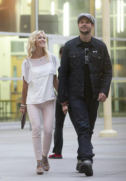 Zamilovaná Jennie Garth randí s fotografem.