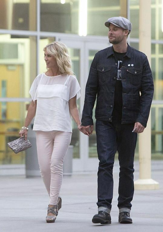 Jennie Garth na procházce s přítelem.