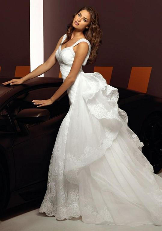 Modelka v šatech od návrháře Alessanda Angelozziho.
