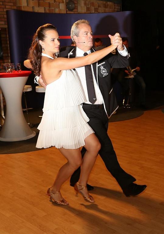 Předtím, než začal Hemala tiskovou konferenci moderovat, tak předvedl taneční vystoupení se svou partnerkou. Zúčastnil se totiž minulého kola StarDance.