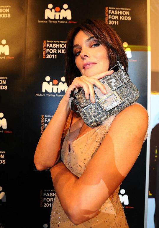 Pavlína se chlubila překrásnou kabelkou.