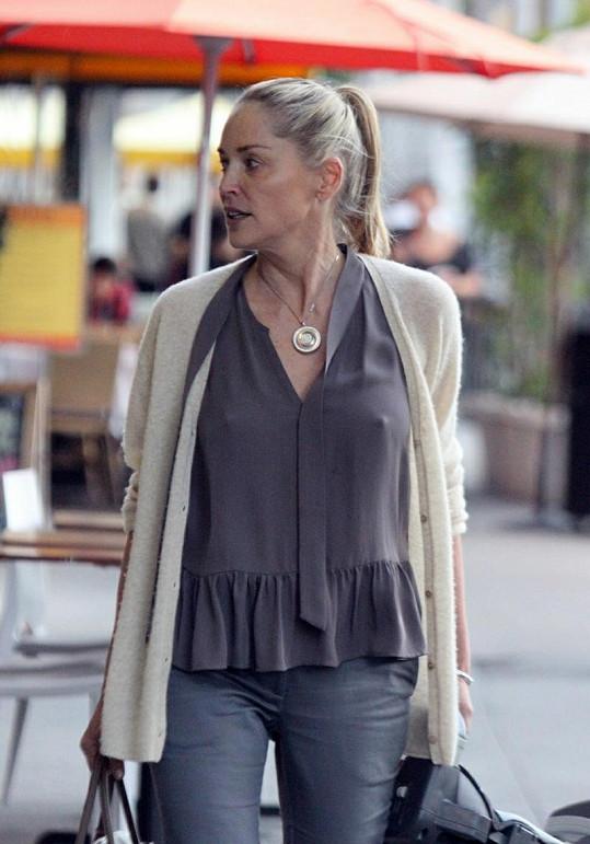 Sharon Stone se ve svém věku rozhodně nemá za co stydět.