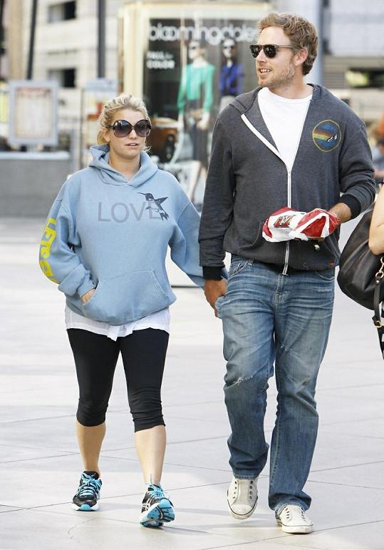 Jessica s Ericem odcházejí z restaurace BJ's v Los Angeles.