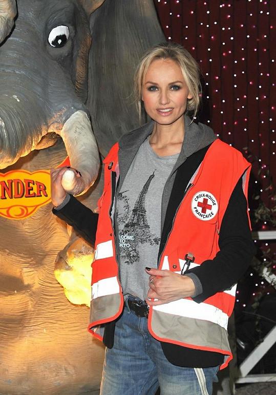 Modelka ve Francii moderuje vlastní televizní show.