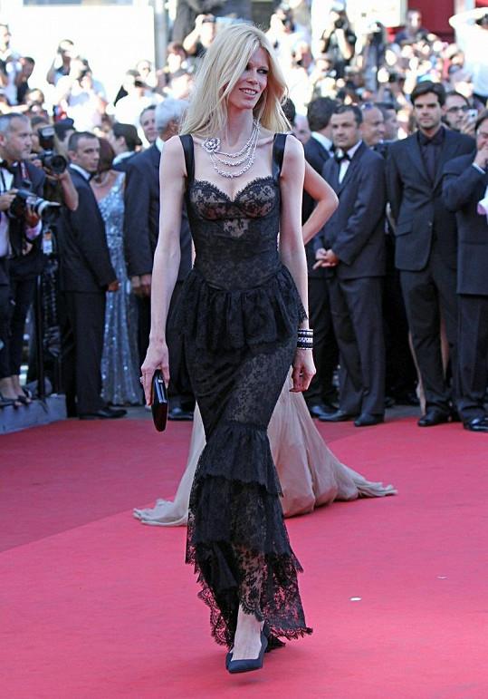Claudia Schiffer v průsvitných šatech.