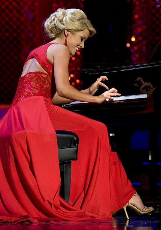 Scanlan překvapila výbornou hrou na klavír.