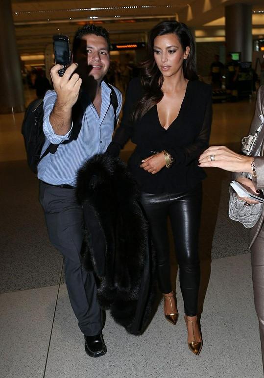 Kim na letišti zastavovalo mnoho fanoušků. Zejména z řad mužů.