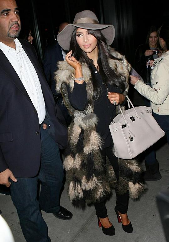 Hvězda reality show míří na oslavu svých narozenin v New Yorku. Opět v luxusním kabátu.