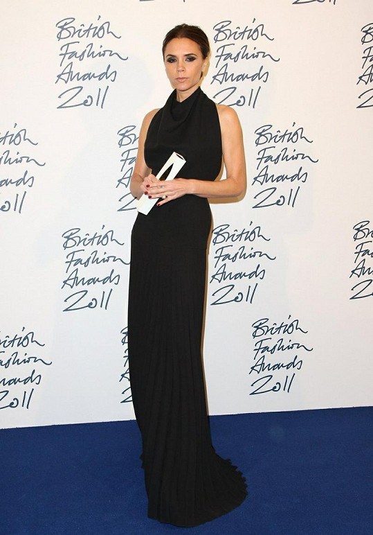 Victoria Beckham v černých šatech zářila.