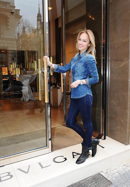 Renata přichází do butiku v Pařížské ulici.