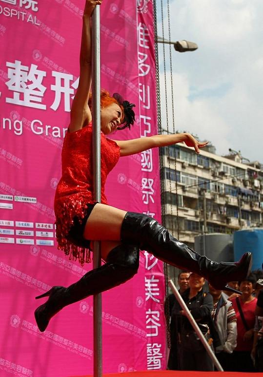 Sun Fengqin podstoupila plastickou operaci a předvedla se přímo před klinikou.