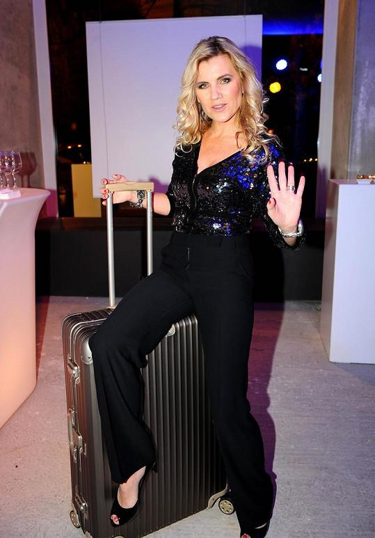 Leona Machálková na otevření prodejny s kufry.