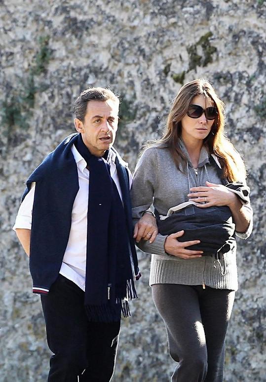 Carla Bruni a Nicolas Sarkozy si s dcerkou vyrazili na procházku.
