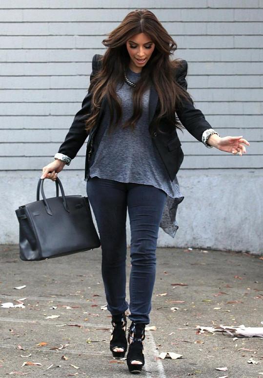Kim Kardashian má co dělat, aby neupadla.