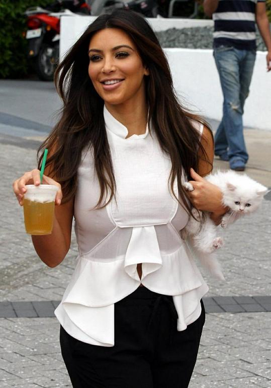 Kim Kardashian má plné ruce... ale určitě ne práce.