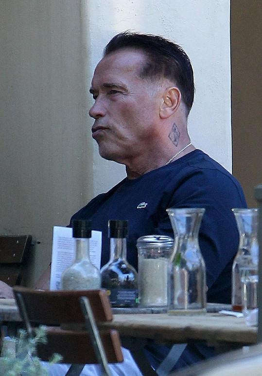 Známý herec na obědě v Kalifornii.