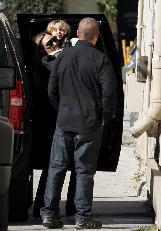 Angelina byla se synem a partnerem Bradem Pittem v divadle.