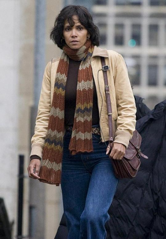 Halle Berry si z natáčení filmu ve Španělsku odveze sádru na noze.
