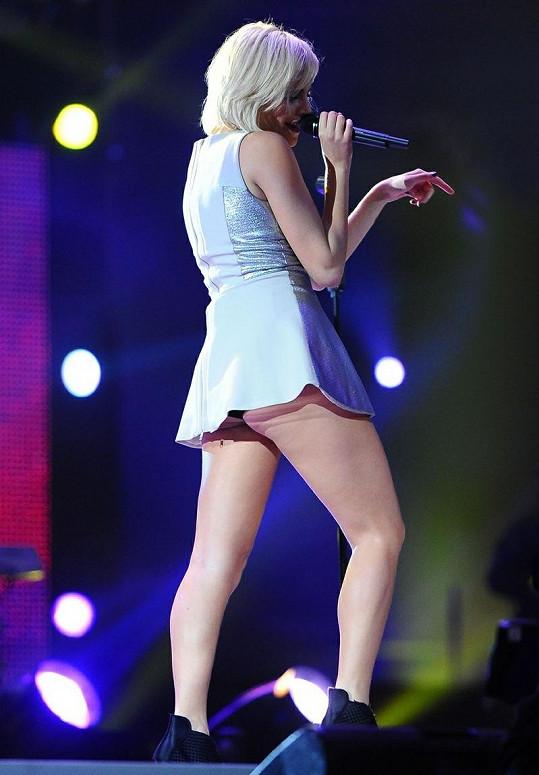 Dvacetiletá zpěvačka si na mini potrpí, tady však délku šatů podcenila.