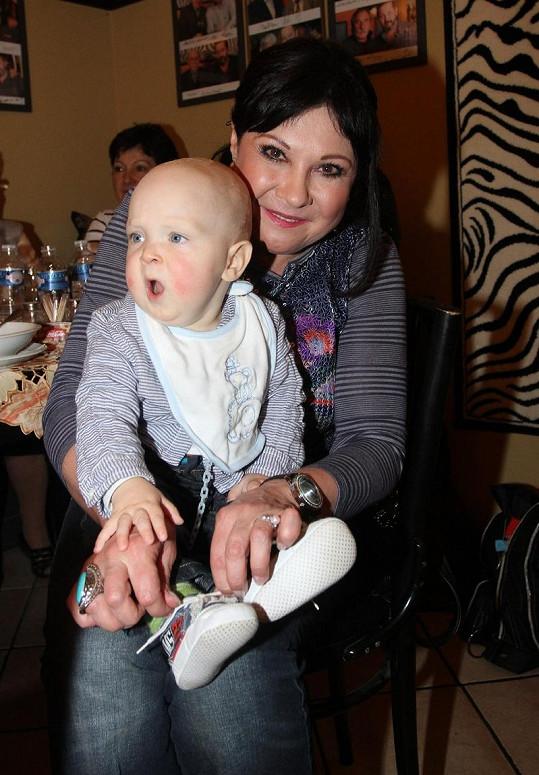 Dáda Patrasová s vnoučkem Felixem na archivním snímku. Dnes už jsou malému Felixovi čtyři roky.