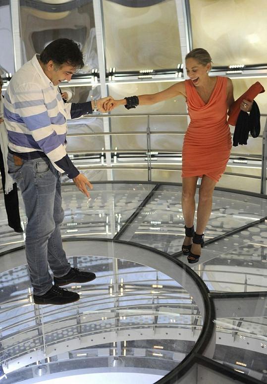 Sharon Stone a Michail Saakašvili se drží za ruce.