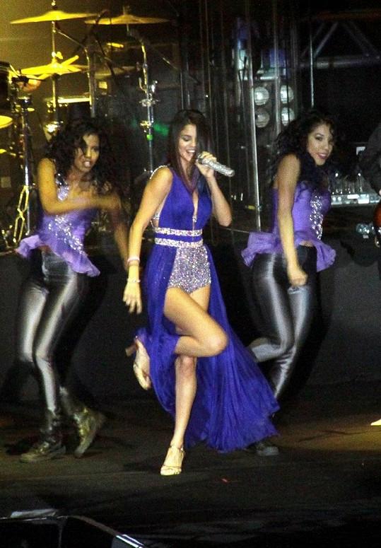 Sexy Selena s tanečnicemi na koncertě v Riu.