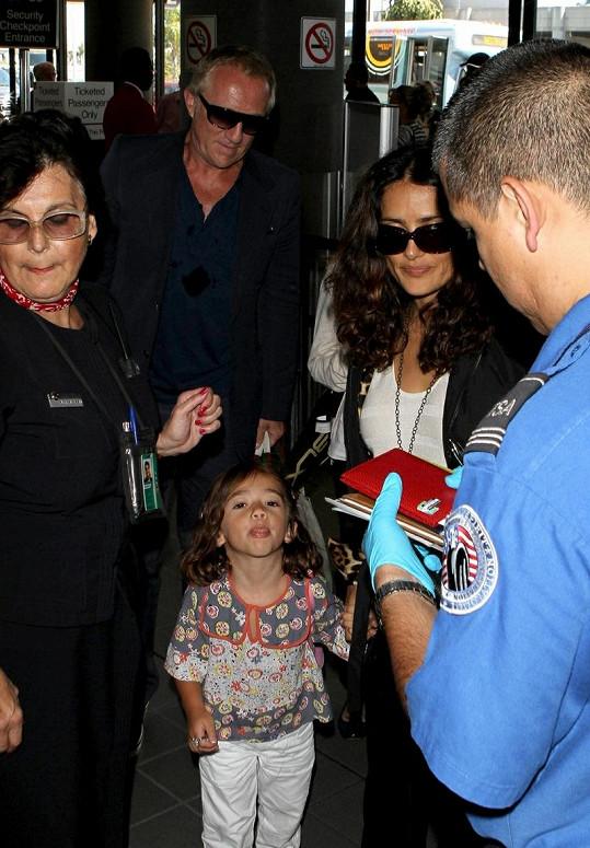 Malá Valentina jasně říká, co si myslí o paparazzi.