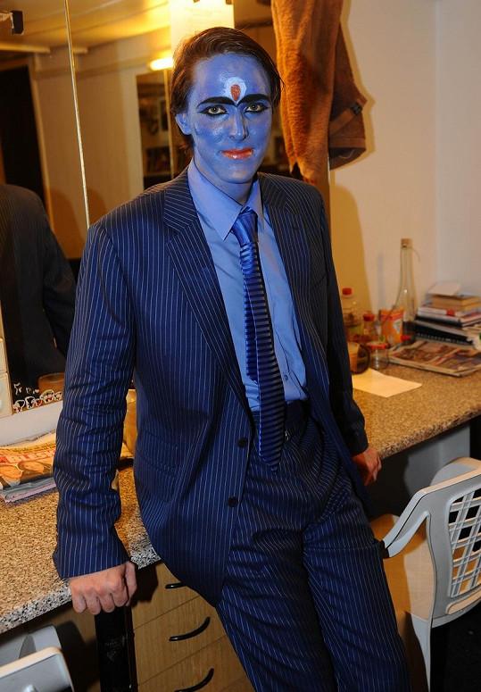 Karel byl natřený modrou tělkou.