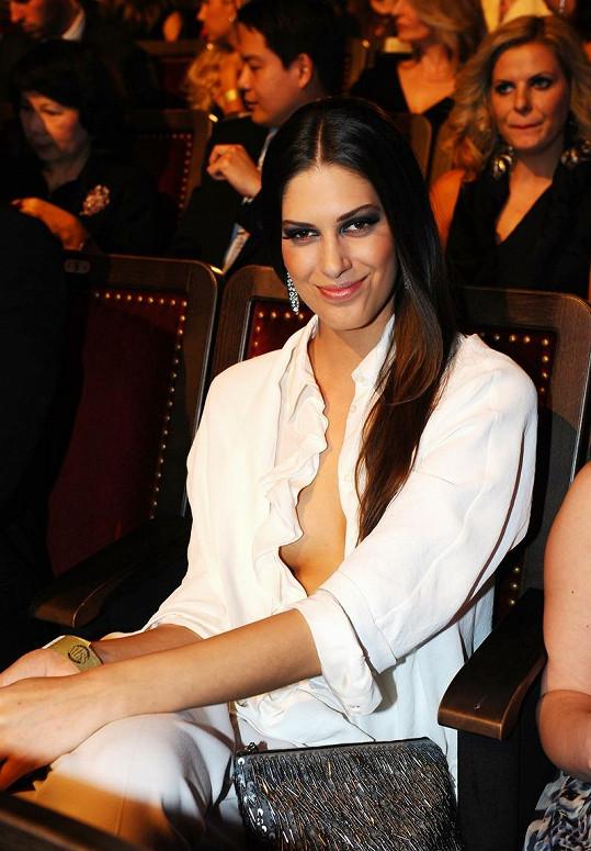 Aneta Vignerová si pod košili nevzala podprsenku.
