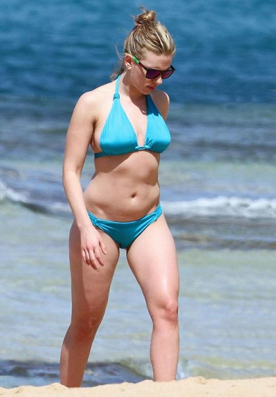 Scarlett Johansson na pláži na prosluněné Havaji.