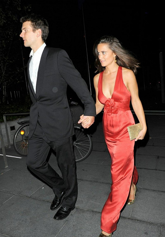 Pippa Middleton následuje svého přítele Alexe Loudona.