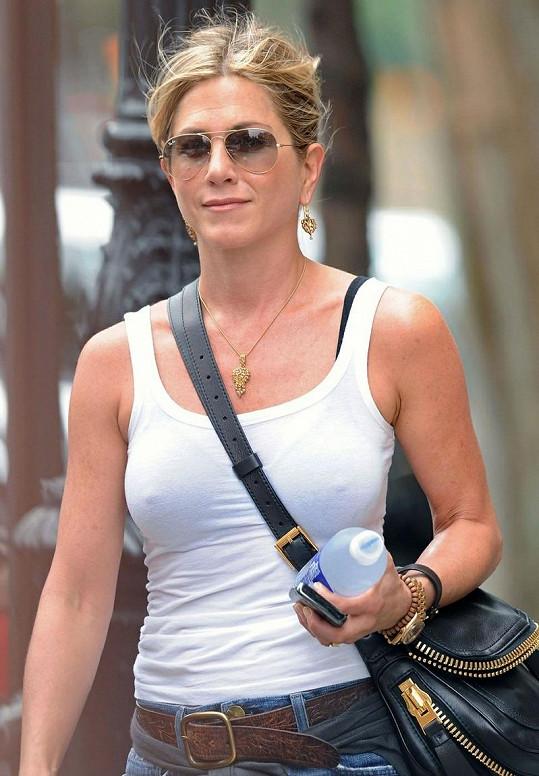 Jennifer Aniston před rokem s umělými bradavkami, použila je znovu?
