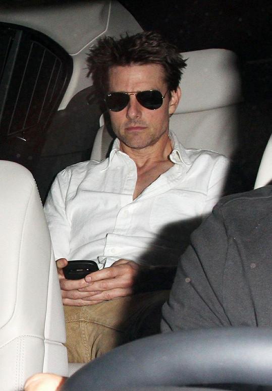 Zdrcený Tom Cruise se o víkendu dozvěděl, že jeho přítel Tony Scott spáchal sebevraždu skokem z mostu.