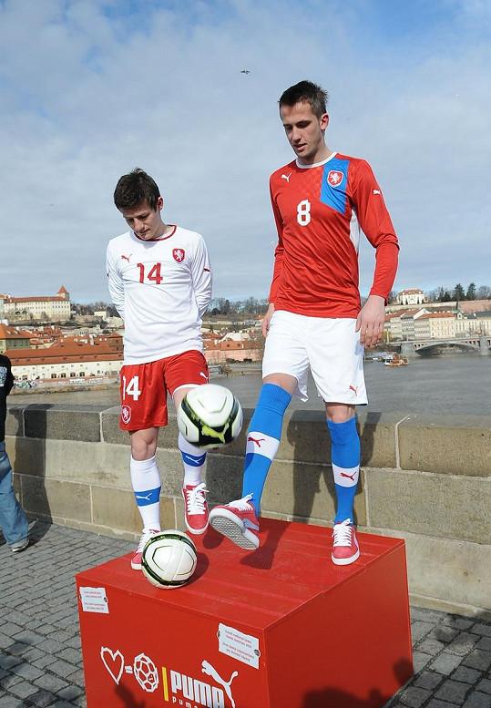Fotbalisté pózovali na Karlově mostě.