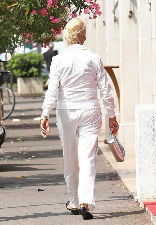 Ivana Trump jde z extrému do extrému. Buď si oblékne sexy minišaty nebo teplákovku.