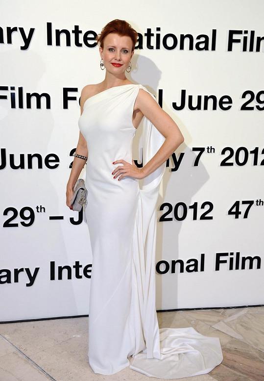 Pohled na Jitku Schneiderovou ve sněhobílých šatech Dior v antickém stylu s grandiózní vlečkou bral dech.