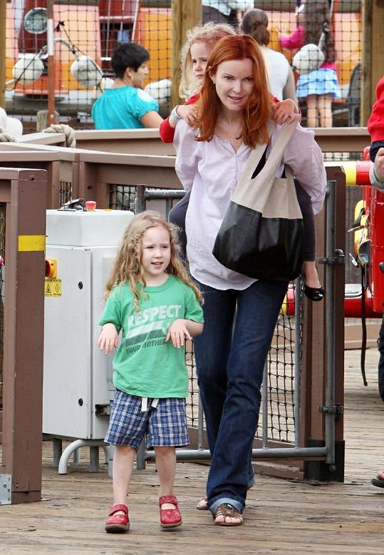Představitelka Bree ze Zoufalých manželek si užila den s dcerami v zábavním parku.