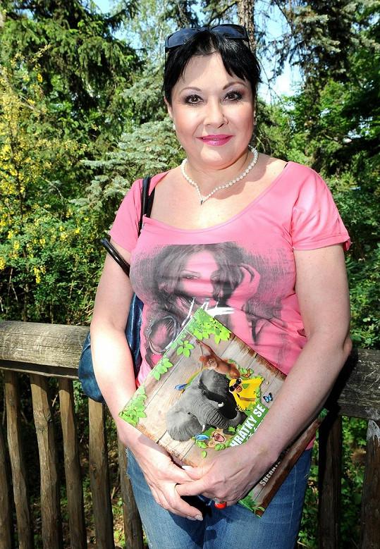 Křtu klokaního mláděte přihlížela Dáda Patrasová, která si odnesla atlas Hrátky se zvířátky.