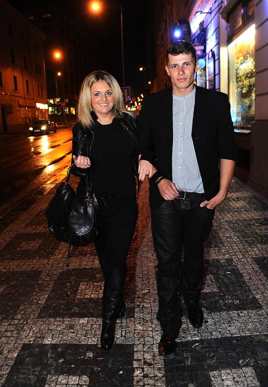 Kateřina Šlégrová s neznámým mladíkem.