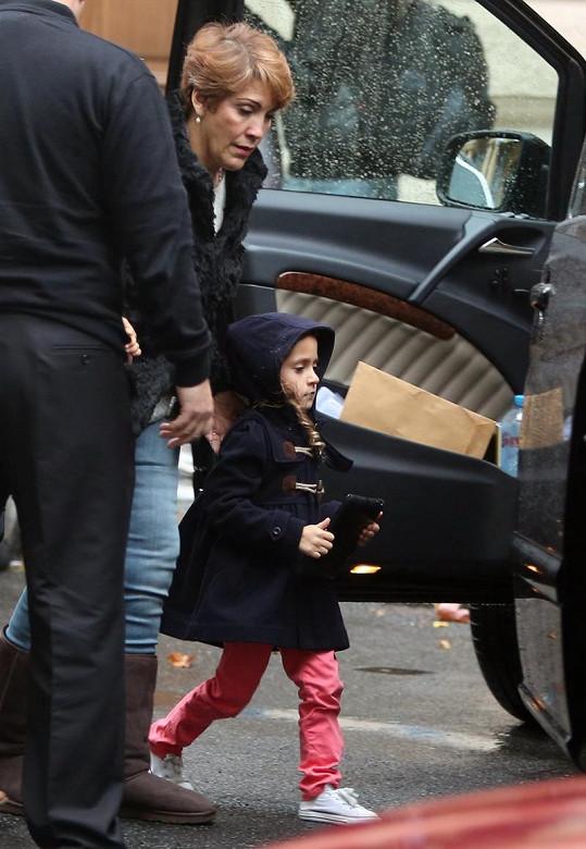 Roztomilá Emme nastupuje do auta.