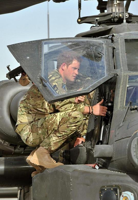 Harry na vrtulníku Apache.