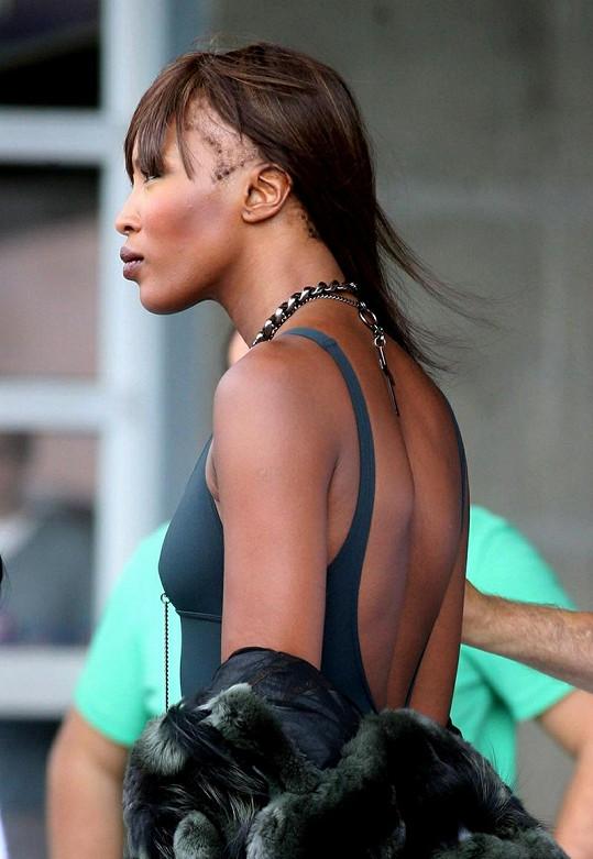 Řídnoucí kštice Naomi Campbell.
