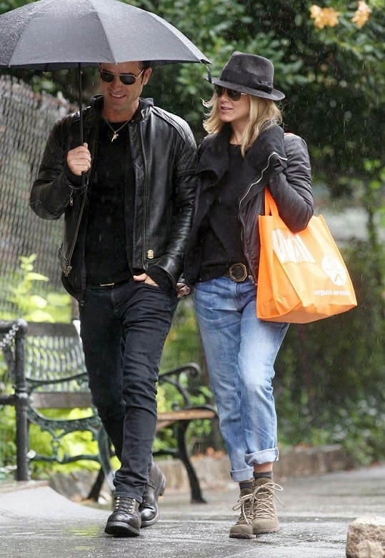 Jennifer mokla, její partner zůstal v suchu díky deštníku.