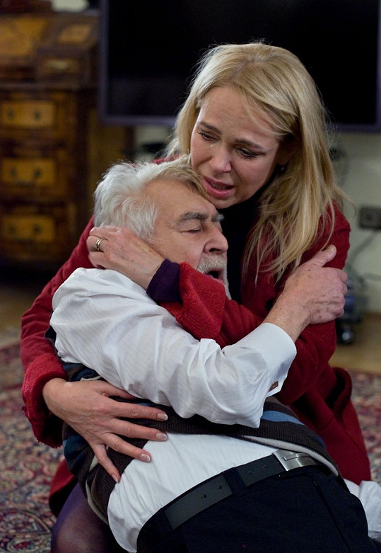 Tohle bude jedna z nejdojemnějších scén Dagmar Havlové v roli doktorky Foldynové. V objetí s Iljou Rackem.