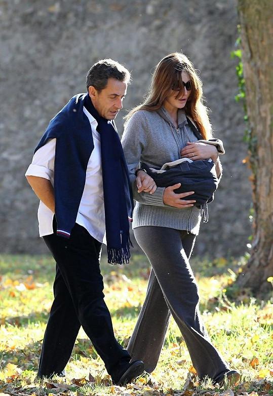 Carla Bruni a Nicolas Sarkozy se s novorozenou dcerkou procházejí po parku ve Versailles.