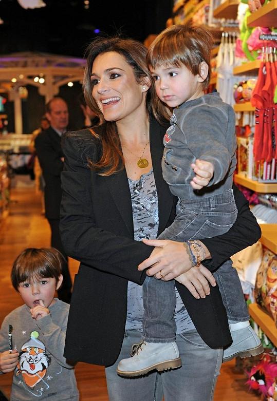 Alena Šeredová se syny Luisem Thomasem (4) a Davidem Lee (2).