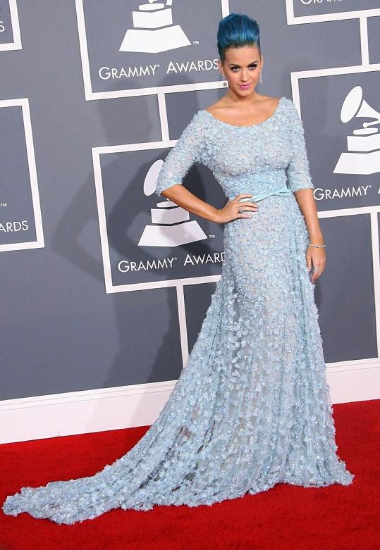 Katy Perry sladila pomněnkovou róbu z jarní kolekce Elieho Saaba s modrým vlasovým přelivem. Tahle únosná míra provokace na důstojném předávání hudebních cen prošla.
